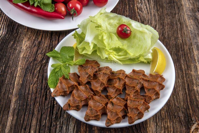 Cig kofte, ένα ακατέργαστο πιάτο κρέατος στις τουρκικές και αρμενικές κουζίνες Τουρκικά μέσα cig στοκ φωτογραφία με δικαίωμα ελεύθερης χρήσης
