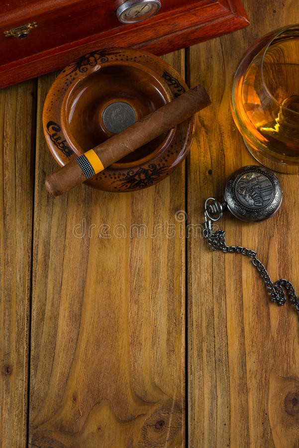 Cigare cubain de détente après dure journée image stock