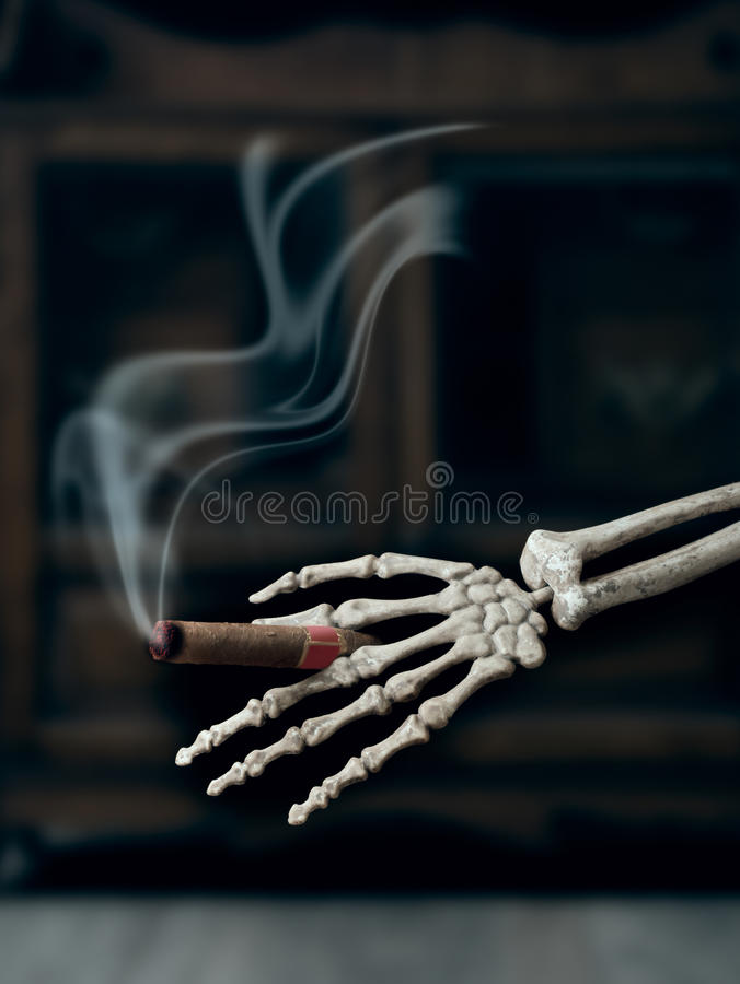 Cigare de tabagisme images stock