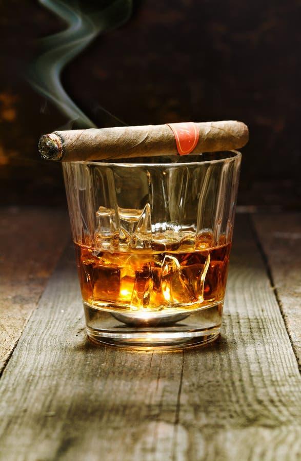 Cigare et glace cubains d'eau-de-vie fine image stock