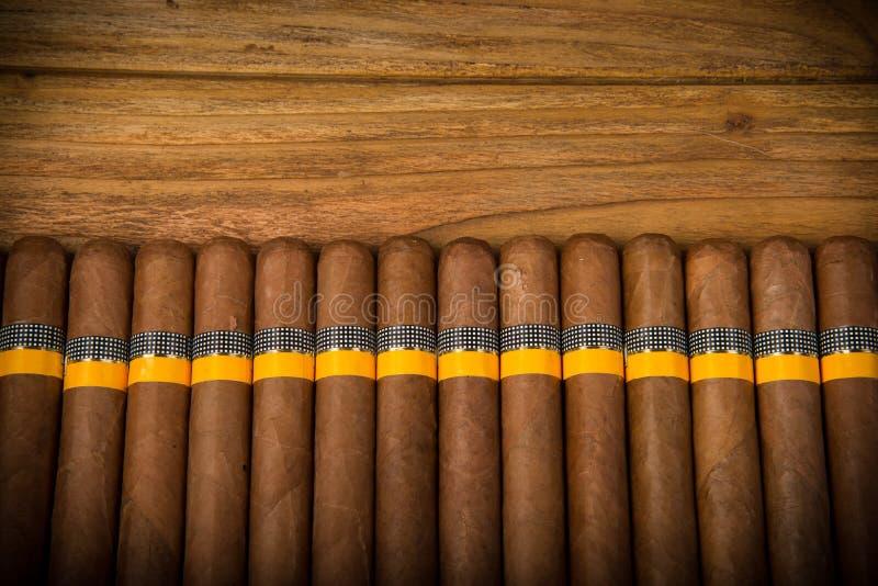 Cigares sur la table rustique photo stock