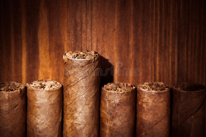 Cigares sur le fond en bois photo stock