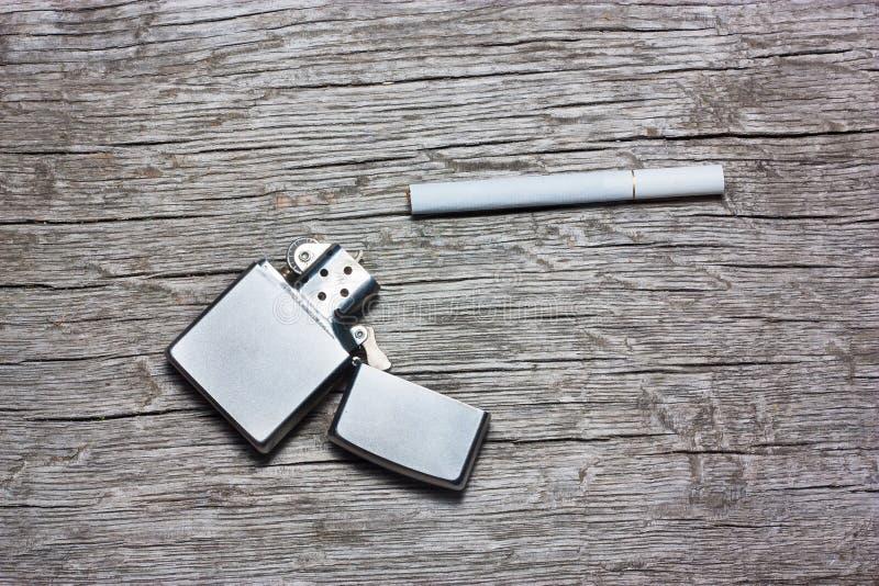 Cigarett med tändaren royaltyfri fotografi