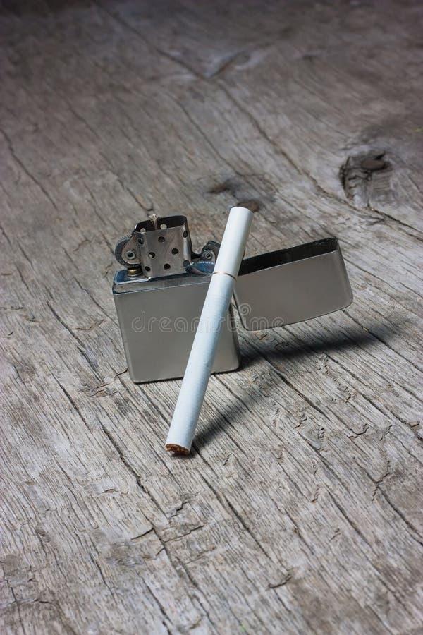 Cigarett med tändaren royaltyfri foto