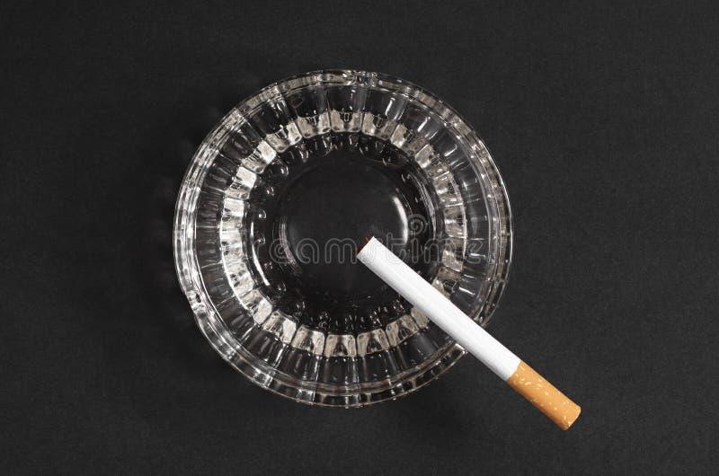 Download Cigarett och askfat arkivfoto. Bild av objekt, ovanför - 76701362