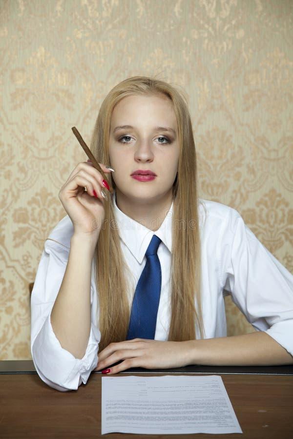 Cigarett under underteckningen av en ny överenskommelse royaltyfria bilder