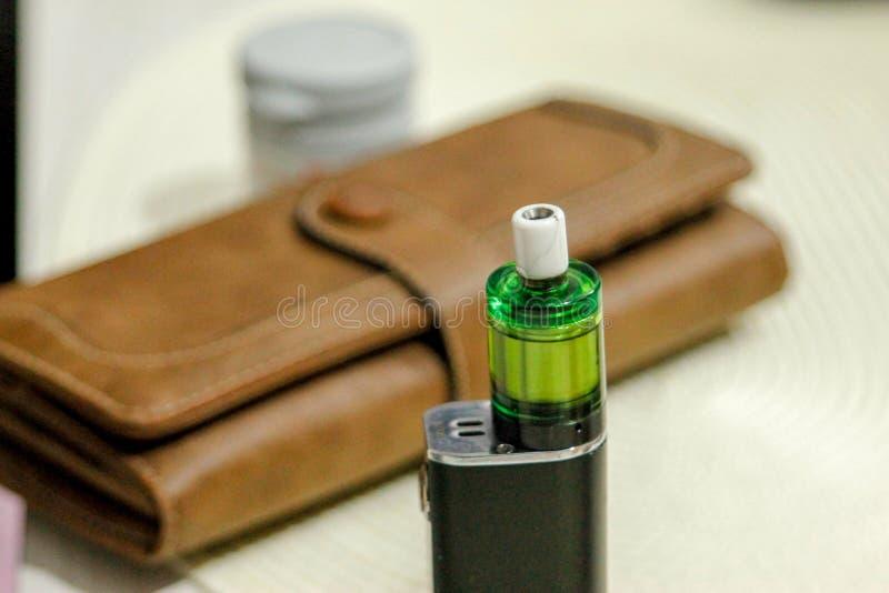 Cigarette électronique sur la table de club dans le salon image stock