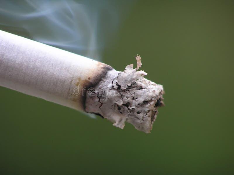 Cigarette avec de la fumée photographie stock