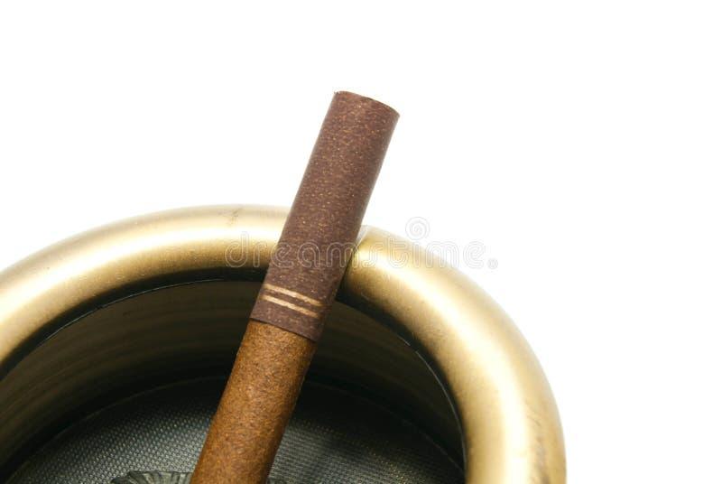 Cigarette avec le filtre dans le cendrier de fer image libre de droits