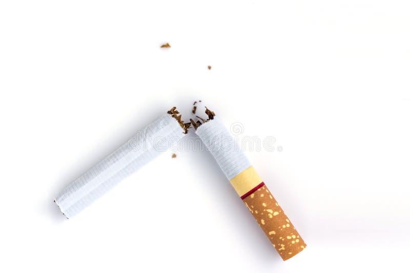 Cigarette cassée par plan rapproché sur le fond blanc photographie stock