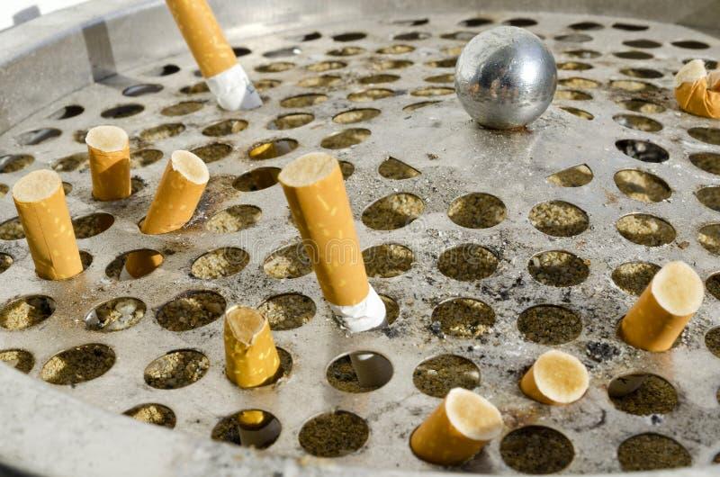 cigarette dans la poubelle en aluminium l image stock. Black Bedroom Furniture Sets. Home Design Ideas