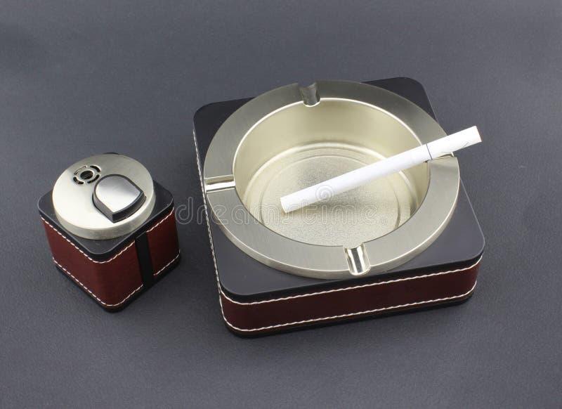 Download Cigarette Dans Le Cendrier Et L'allumeur Image stock - Image du relaxation, santé: 76083021