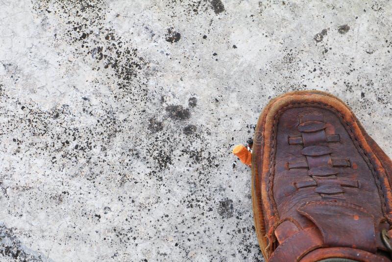 Cigarette de bande de roulement de chaussure sur le fond de ciment universel non fumeur de jour de concept images stock