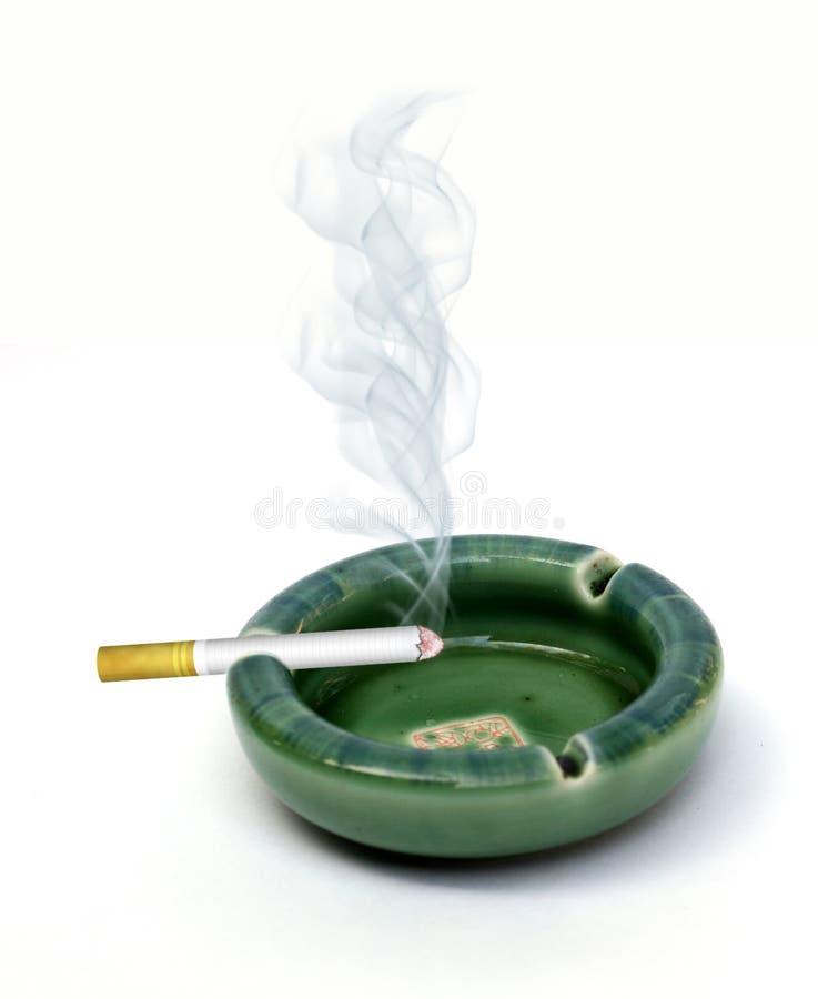 cigarette de cendrier photographie stock