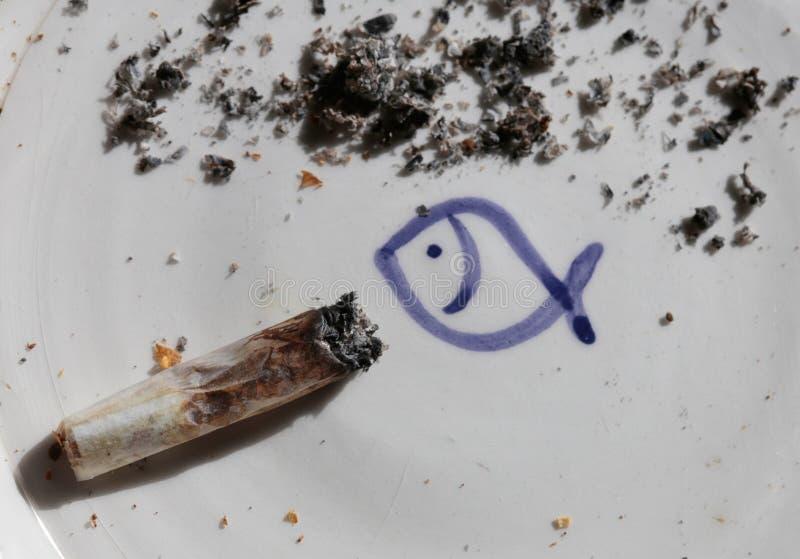 Cigarette de chanvre sur le cendrier photo stock