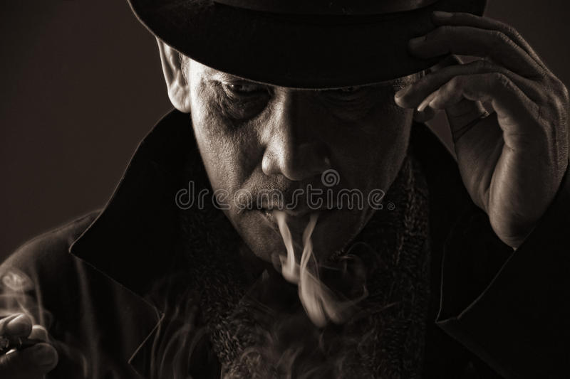 Cigarette de tabagisme d'assassin blooded par froid photos libres de droits