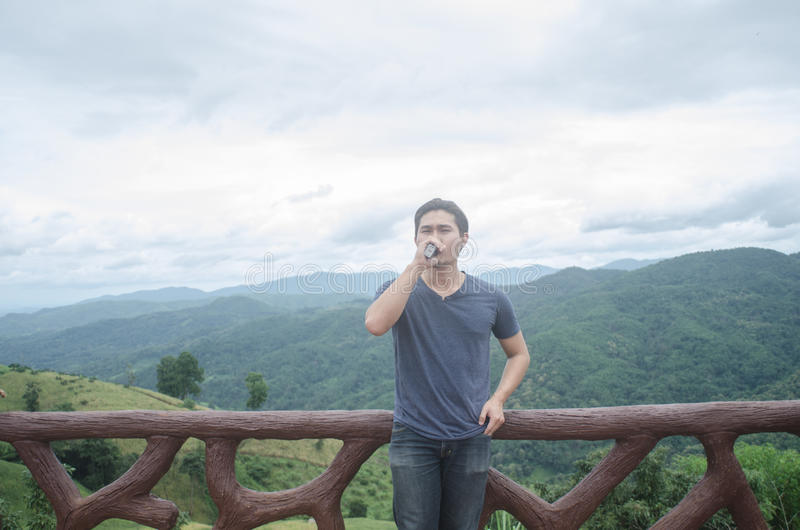 Cigarette de tabagisme de jeune homme photo stock