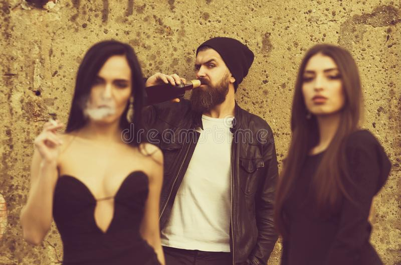 Cigarette de tabagisme de femme avec des amis photographie stock libre de droits
