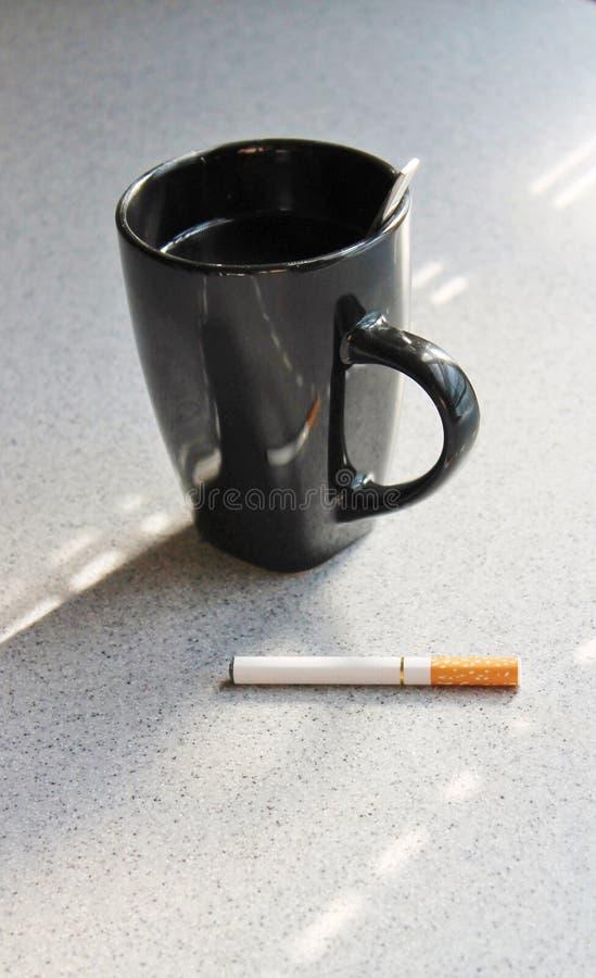 Cigarette et tasse de café électroniques images stock