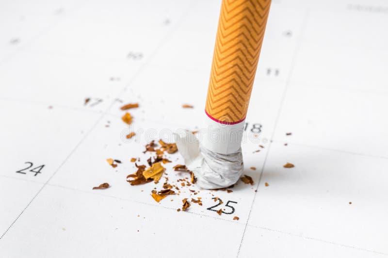 Cigarette sur un calendrier - stoppé fumer le concept image libre de droits