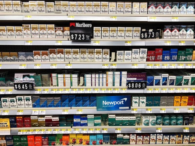 Cigaretter på till salu skärm royaltyfri foto