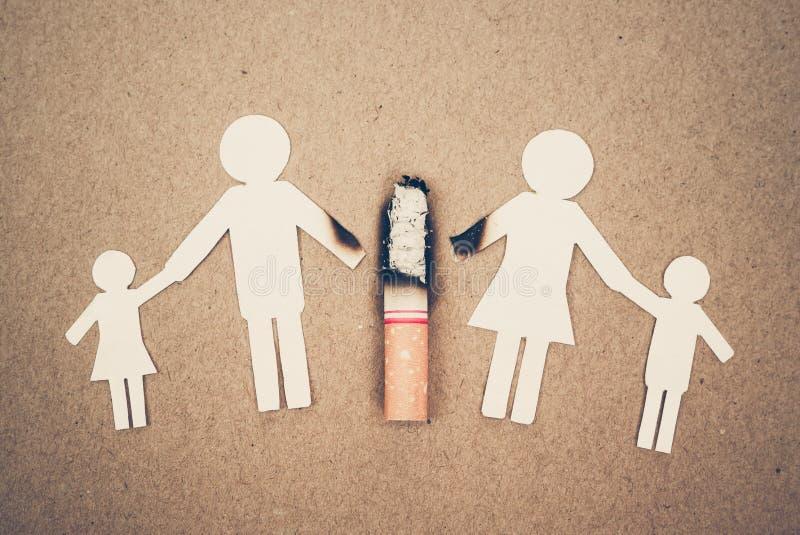 Cigaretter som förstör familjen arkivbild