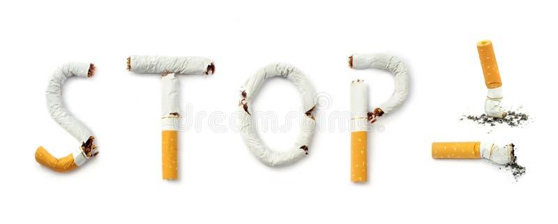 Cigarettes avec le texte de tabagisme de concept d'arrêt photo libre de droits