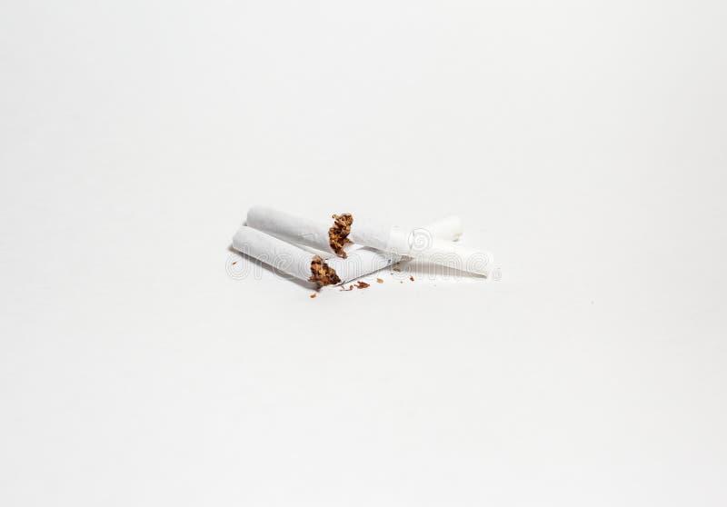 Cigarettes cassées sur un blanc images libres de droits