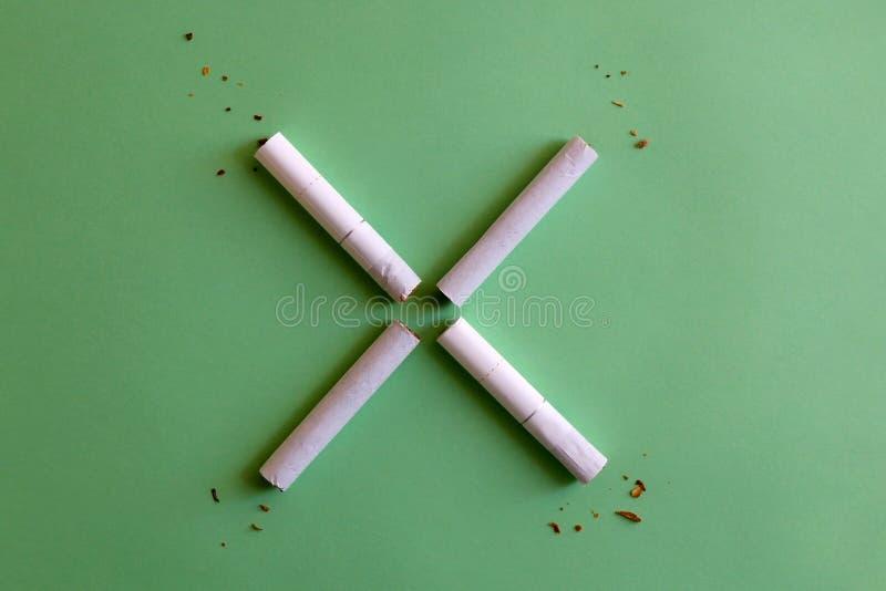 Cigarettes cass?es photos libres de droits