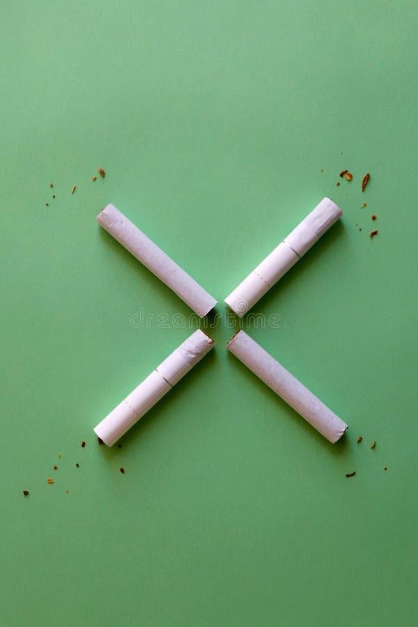 Cigarettes cass?es image stock