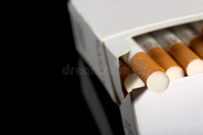 Cigarettes dans le paquet photo stock