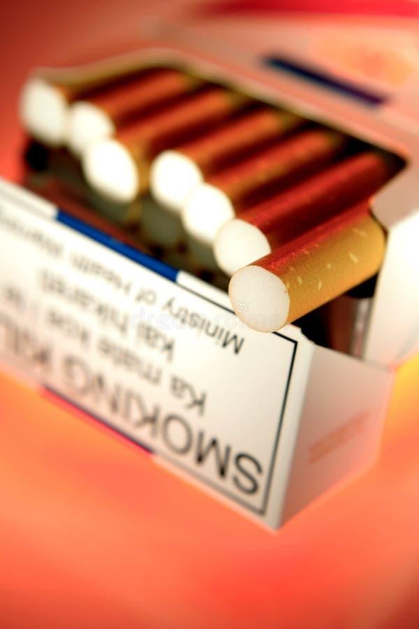 Cigarettes dans un paquet images stock