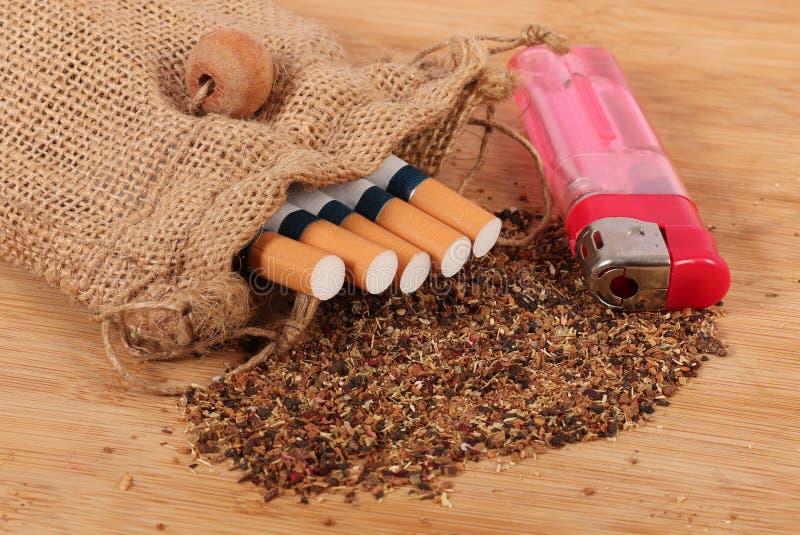 Cigarettes et allumeur photo libre de droits