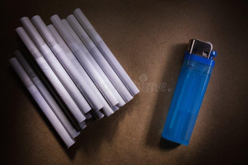 Cigarettes et allumeur photo stock