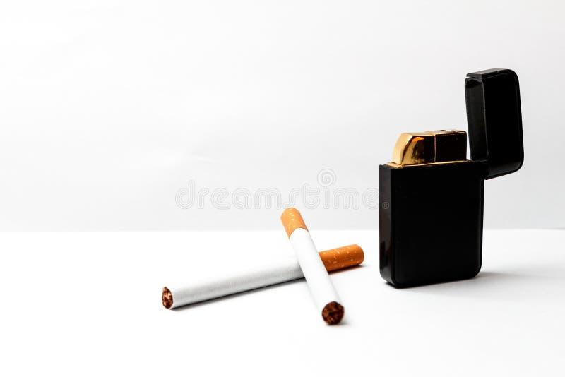 Cigarettes et allumeur photos stock