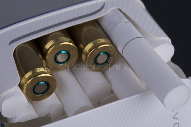 Cigarettes et balles photographie stock