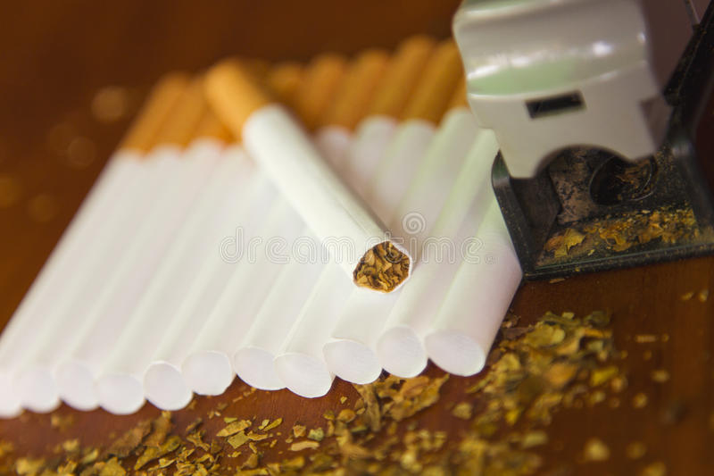 Cigarettes faites maison avec du tabac frais photographie stock libre de droits