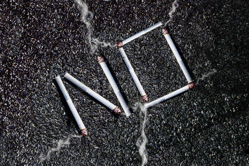 Cigarettes non éteintes de fumée photographie stock