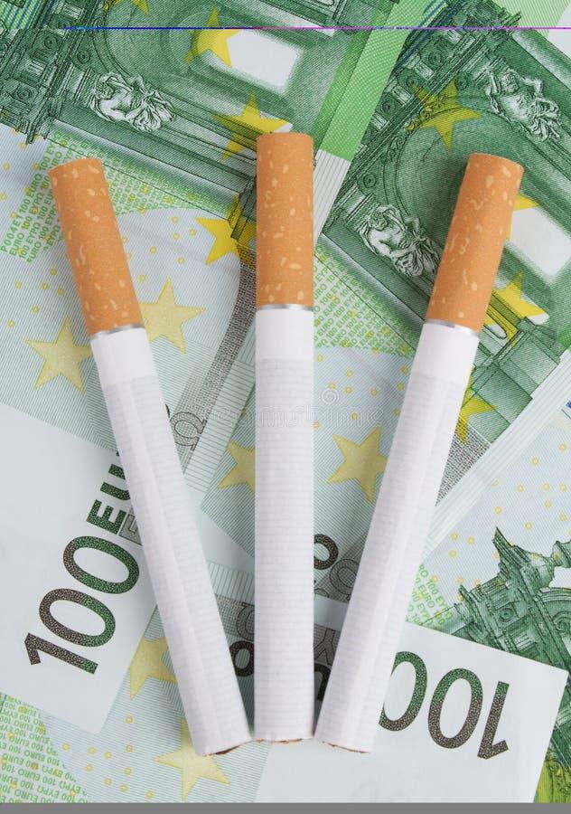 Cigarettes se trouvant sur les factures image libre de droits