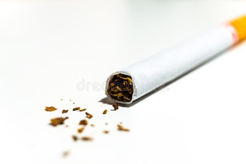 Cigarettes sur le bureau blanc image libre de droits