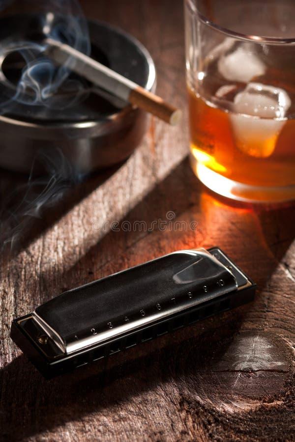 cigarettharmonicawhiskey royaltyfria foton