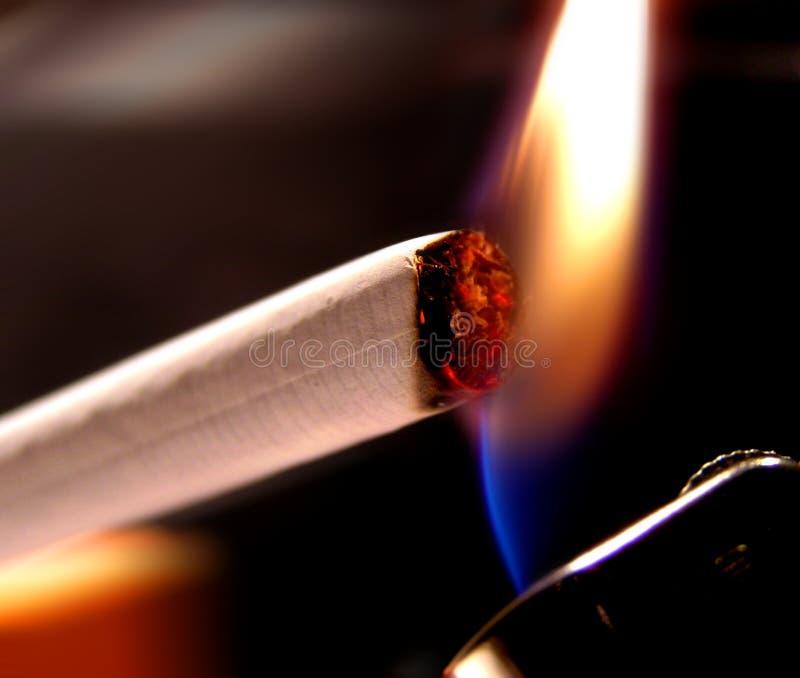 Download Cigarettlighting arkivfoto. Bild av skadligt, closeup, sunt - 2468