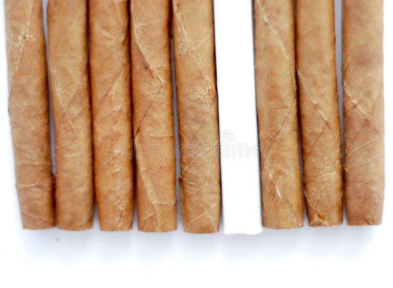 Cigarillo à un arrière-plan blanc photographie stock