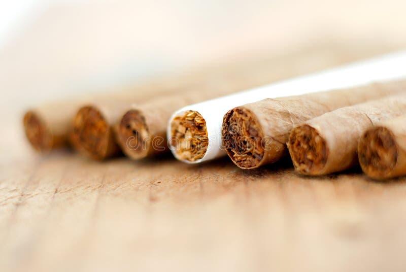 Cigarillo à un arrière-plan en bois photos stock