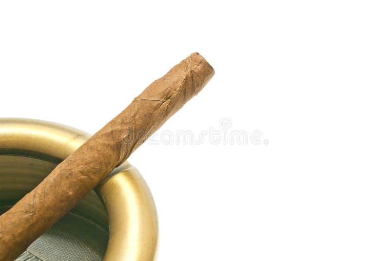 Cigarillo dans le cendrier en métal photographie stock libre de droits