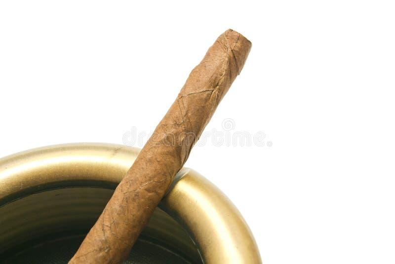 Cigarillo dans le cendrier en métal sur le blanc photos stock