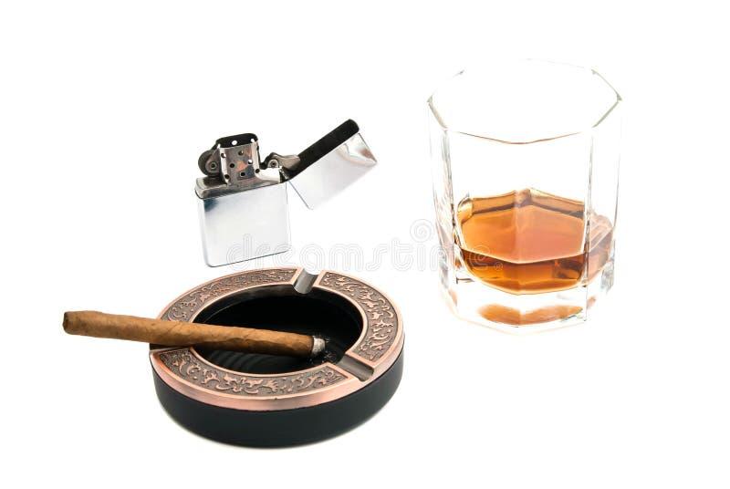 Cigarillo en cendrier et alcool images stock