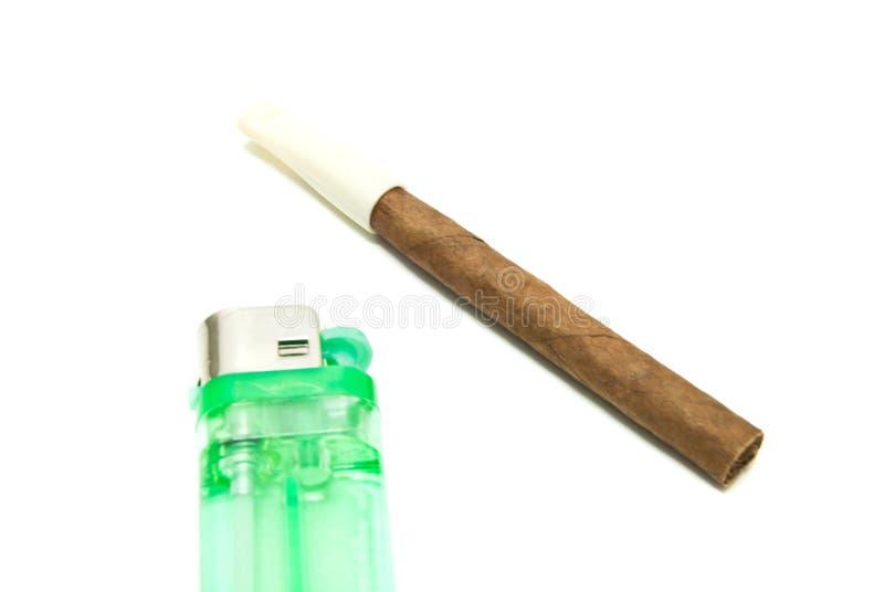 Cigarillo et allumeur simples sur le blanc photos libres de droits