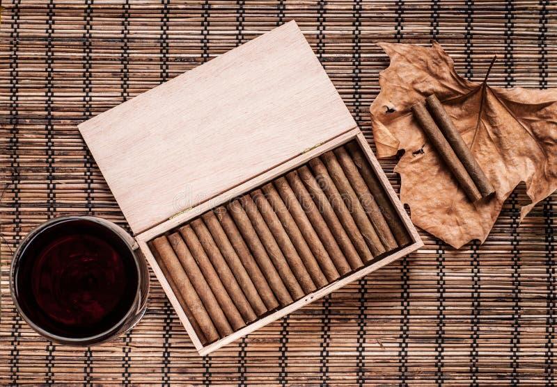 Cigarillos et vin photo stock
