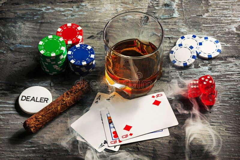 Cigarr chiper för dobblerier, drink och spelakort arkivfoto